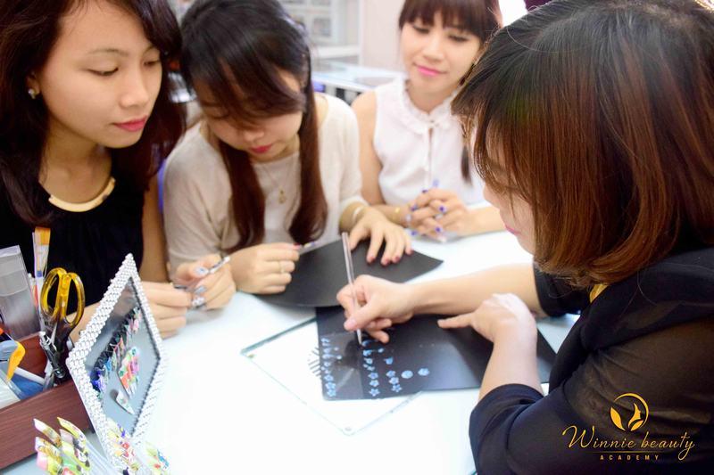 Học viên khi tham gia khóa học Vẽ móng tại Winnie sẽ được học từ cơ bản đến nâng cao