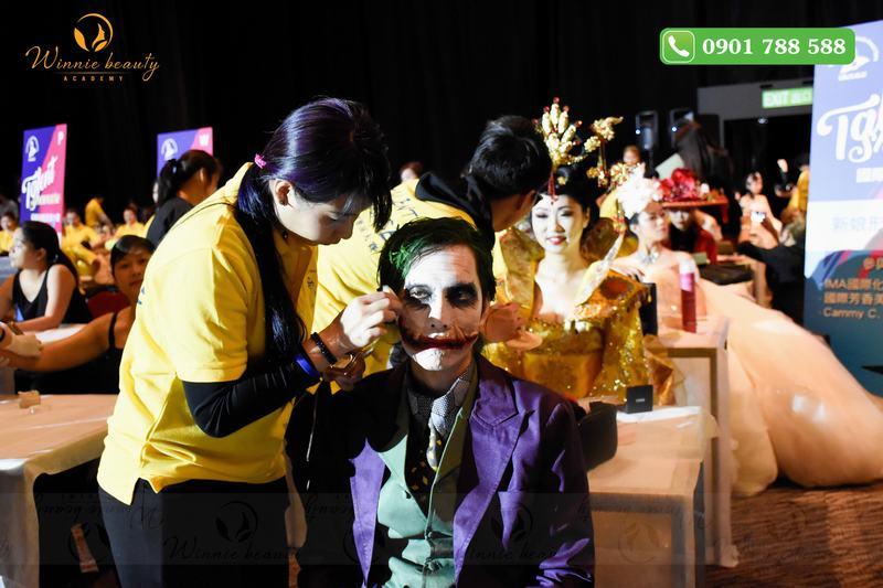 Các thí sinh thể hiện phần trình diễn của mình trong buổi lễ