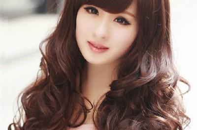 Tóc mái chéo kết hợp với tóc dài tôn lên nét nữ tính