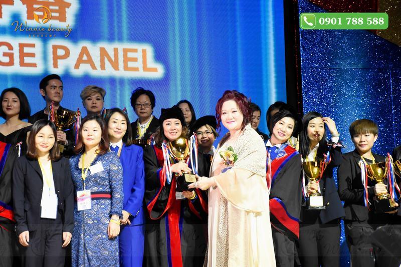 Bà Carmen Pang trao cúp lưu niệm cho Winnie Beauty Academy
