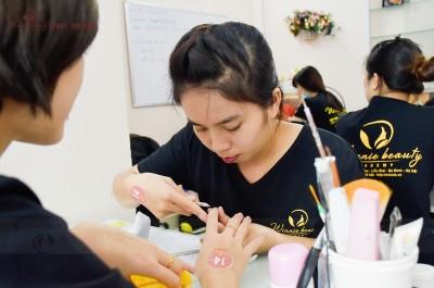 Loại bỏ da thừa xung quanh móng thường xuyên sẽ không tốt cho sức khỏe móng tay