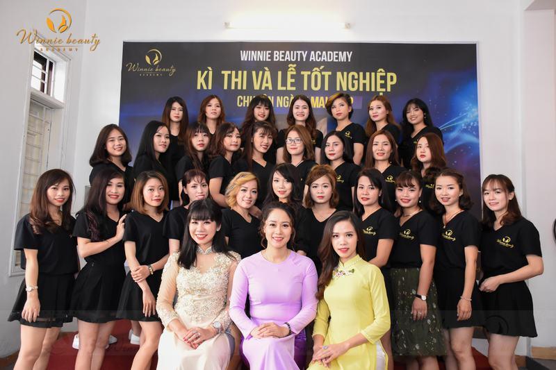 Tập thể lớp trang điểm chuyên nghiệp và  đại diện  ban lãnh đạo nhà trường