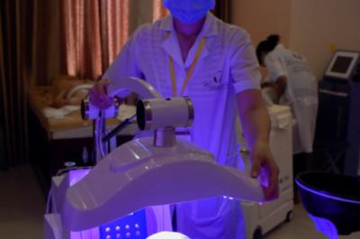 Laser có tác dụng sâu dưới da, giúp loại bỏ vi khuẩn gây mụn một cách triệt để