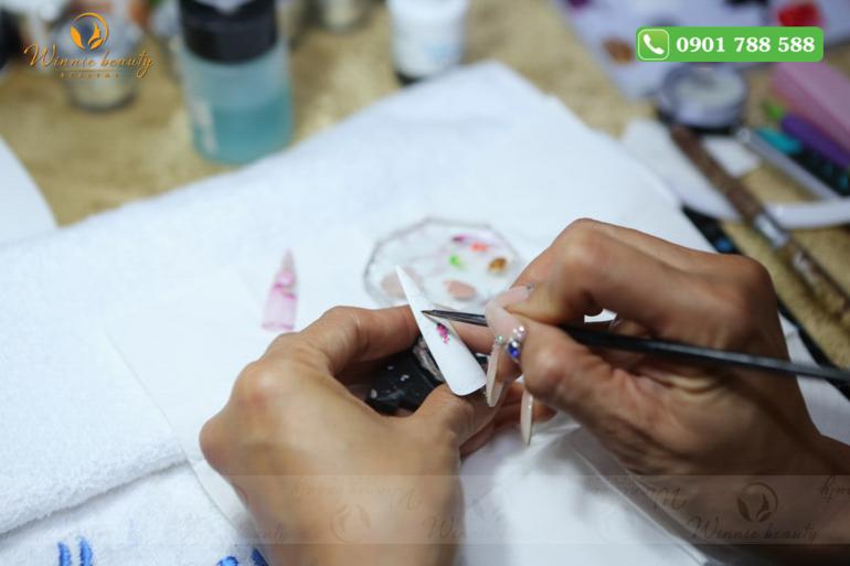 Cô Linh Girault thực hiện kỹ thuật fashion design trên móng giả