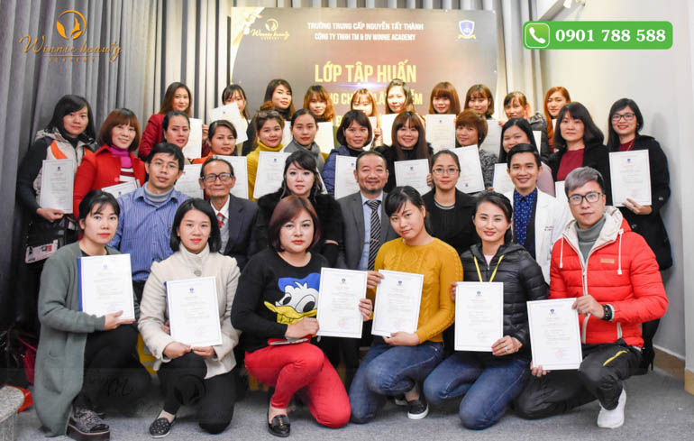Học viên nhận chứng chỉ tập huấn phòng chống lây nhiễm và dịch sinh học