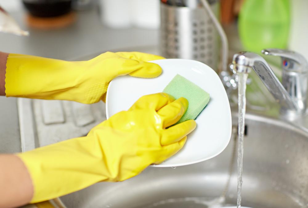 Đeo găng tay giúp lớp sơn móng bền đẹp hơn