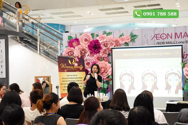 Khách hàng tại AEON rất hào hứng nghe thông tin hữu ích về chăm sóc da mặt tại nhà