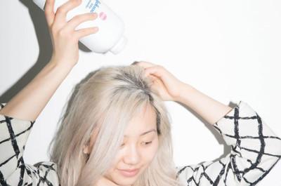 Dùng phấn rôm cứu nguy tóc bết