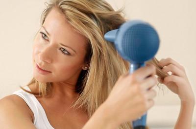 Sấy từng phần tóc từ trên xuống để tóc thẳng mượt