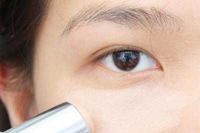 Vùng thâm mắt được che dấu khéo léo