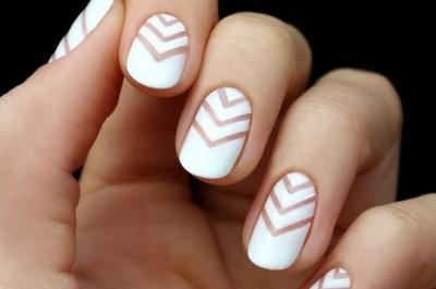 Biến hóa móng tay với 2 màu sơn đối lập