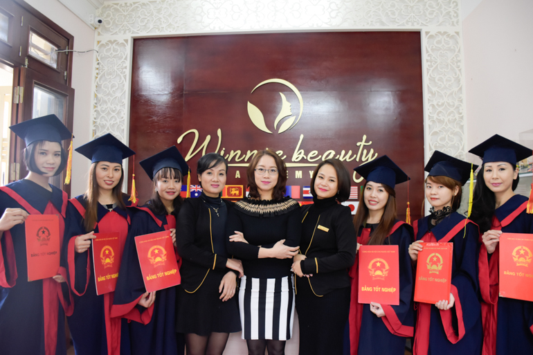 Với giáo trình chuyên nghiệp cùng đội ngũ giảng viên Quốc tế giàu kinh nghiệm, Winnie Beauty Academy luôn là sự lựa chọn hàng đầu của người học nghề