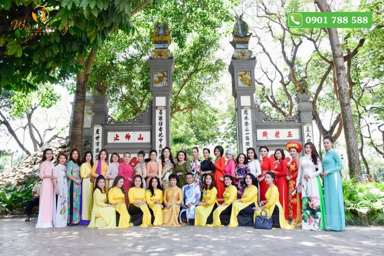 Các hội viên Ban Phun thêu thẩm mỹ tại Lễ dâng hương tạ Trời đất và trình Thánh thần Văn Xương Đế quân trước đền Ngọc Sơn, Hoàn Kiếm, Hà Nội.