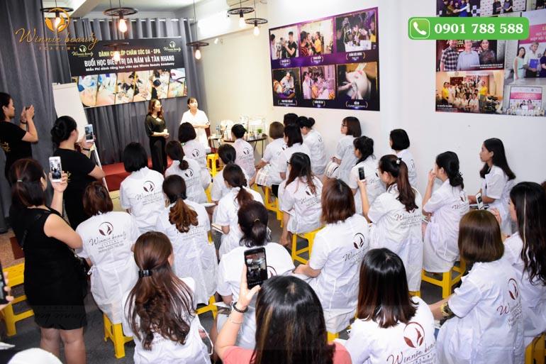 Buổi học điều trị nám tại học viện Winnie Beauty Academ