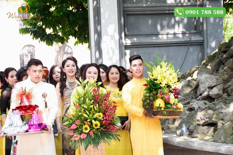 Ban Phun thêu thẩm mỹ Việt Nam cùng toàn thể hội viên thực hiện nghi thức dâng hương tại đền Ngọc Sơn, Hoàn Kiếm, Hà Nội.