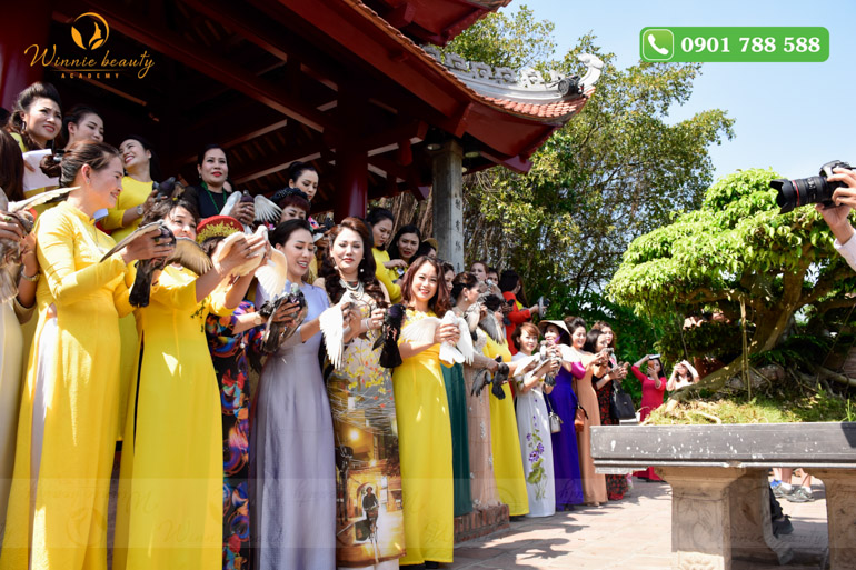 Đồng thời, gần 200 đại biểu đại diện cho hàng ngàn hội viên trên toàn quốc cũng đã làm lễ phóng sinh chim bồ câu, biểu tượng của hòa bình để đưa ngành Phun thêu thẩm mỹ vươn xa ra thế giới, hòa nhập và khẳng định vị trí của ngành làm đẹp Việt Nam trên trường quốc tế.