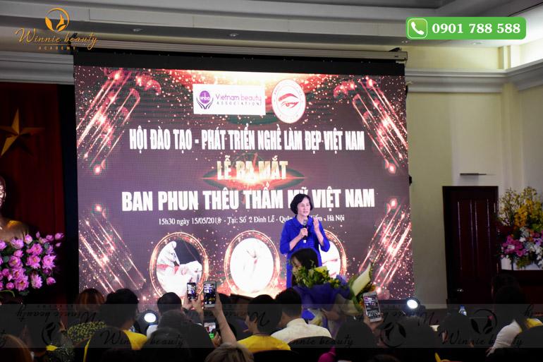 Bà Nguyễn Thị Hằng phát biểu tại lễ ra mắt Ban phun thêu thẩm mỹ Việt Nam