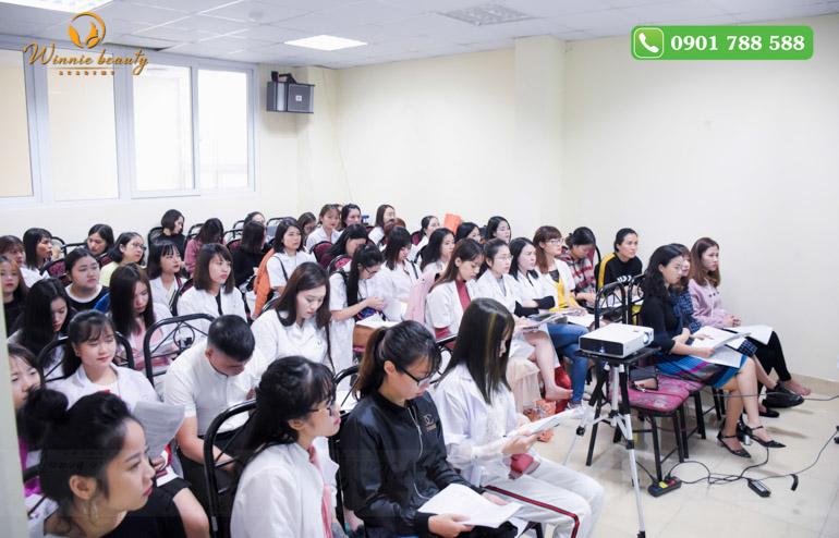 Các em học viên Winnie chăm chú lắng nghe