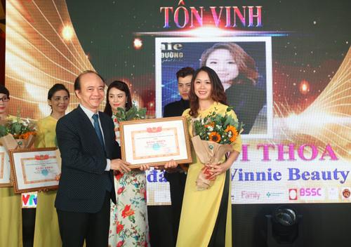 Ông Cao Văn Sâm trao bằng khen nhà giáo tiêu biểu cho cô Nguyễn Hải Yến