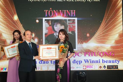Ông Cao Văn Sao trao bằng khen nhà giáo tiêu biểu cho cô Winnie Nguyễn