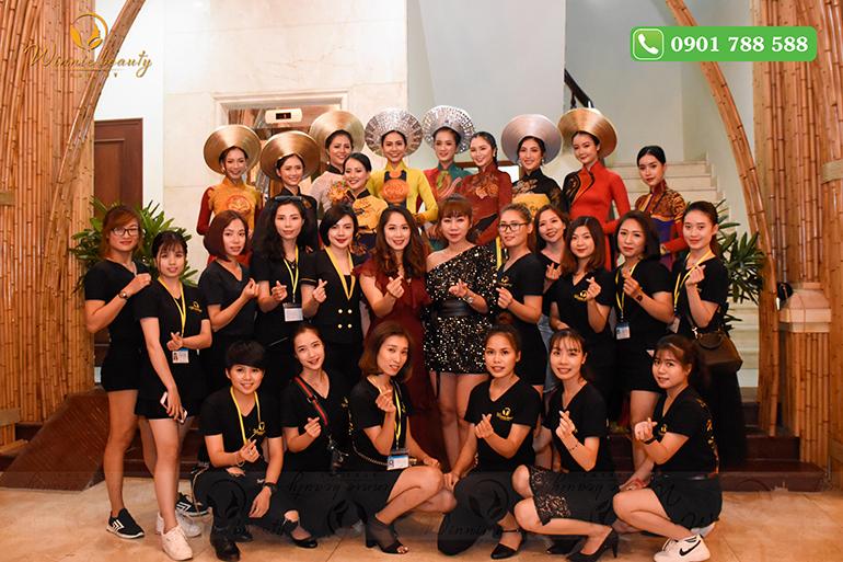Tập thể học viên của Winnie và các người mẫu trong sự kiện trang trọng