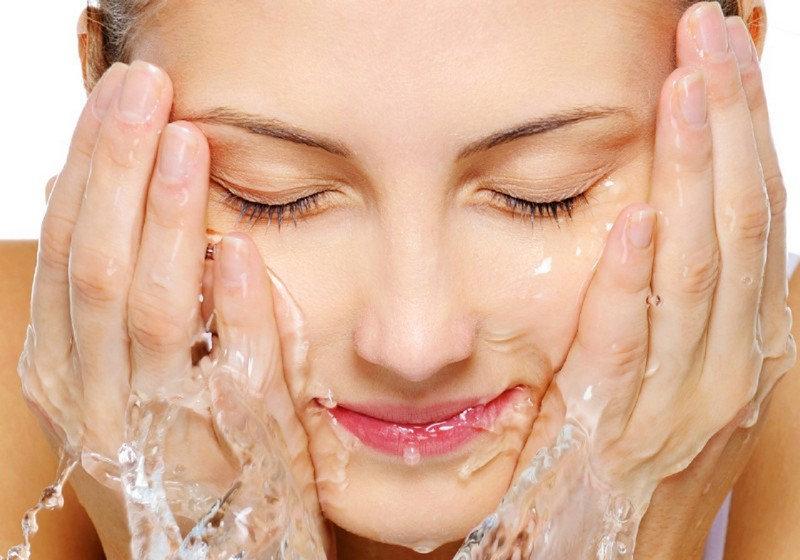 lưu y tranh rua măt bằng nước quá nóng làm ảnh hưởng đến làn da