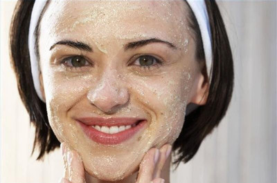 Da khô nứt nẻ khiến bạn khó chịu tham khảo một số mẹo sau để có được làn da mịn màng căng bóng