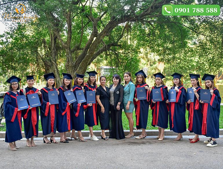 Học viên khóa Spa quý III/2019 cùng giảng viên và hiệu trưởng Winnie Nguyễn