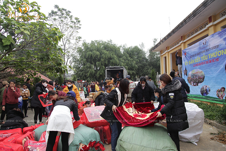 Chăn và quần áo ấm được gửi các hộ GĐ các bạn học sinh trong mùa đông khắc nghiệt