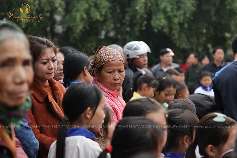 Bà con tại Hàm Yên đã có mặt từ sớm để đón đoàn Thiện nguyện
