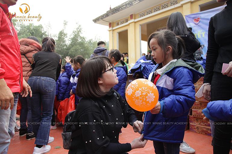 Hiệu trưởng Winnie Nguyễn trao quà và trò chuyện trực tiếp với các bạn nhỏ