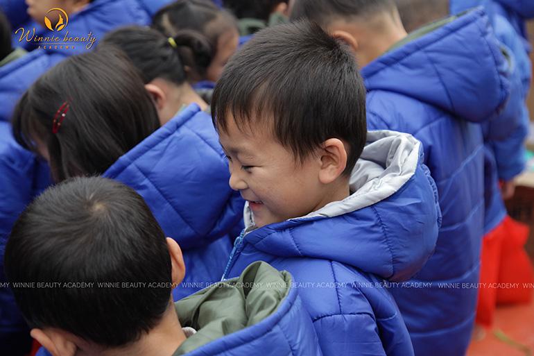 Niềm vui của những đứa trẻ khoe nhau quà cầm trên tay