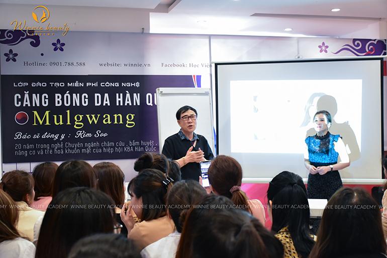 Bác sĩ Kim Y Soo trực tiếp hướng dẫn và thực hiện trên mẫu
