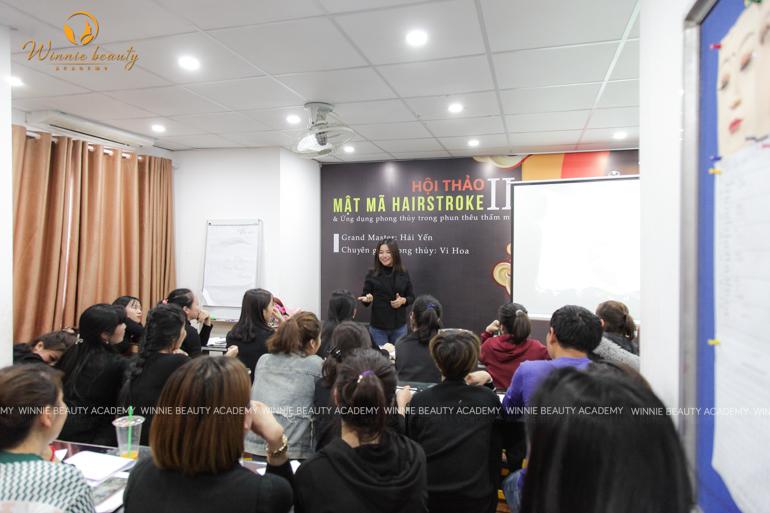 Chuyên gia Phong thủy Vi Hoa trực tiếp chia sẻ kiến thức với tập thể học viên Winnie
