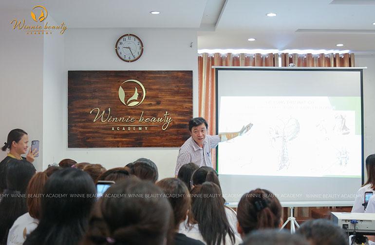 Tiến sĩ - Bác sĩ Trần Minh Đức trong buổi hội thảo tại Winnie