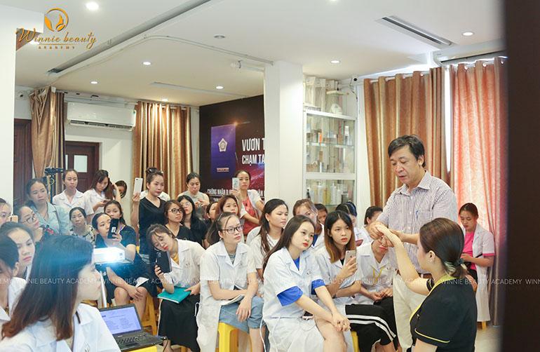TS-BS Trần Minh Đức trực tiếp thực hiện các thao tác trị liệu trong chăm sóc vùng cổ vai gáy
