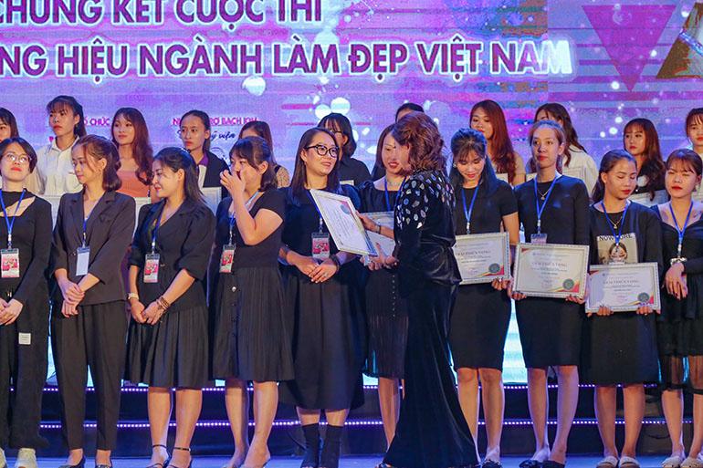 Giảng viên Nails Art xuất sắc giành Giải Triển vọng tại VNBA Beauty Award