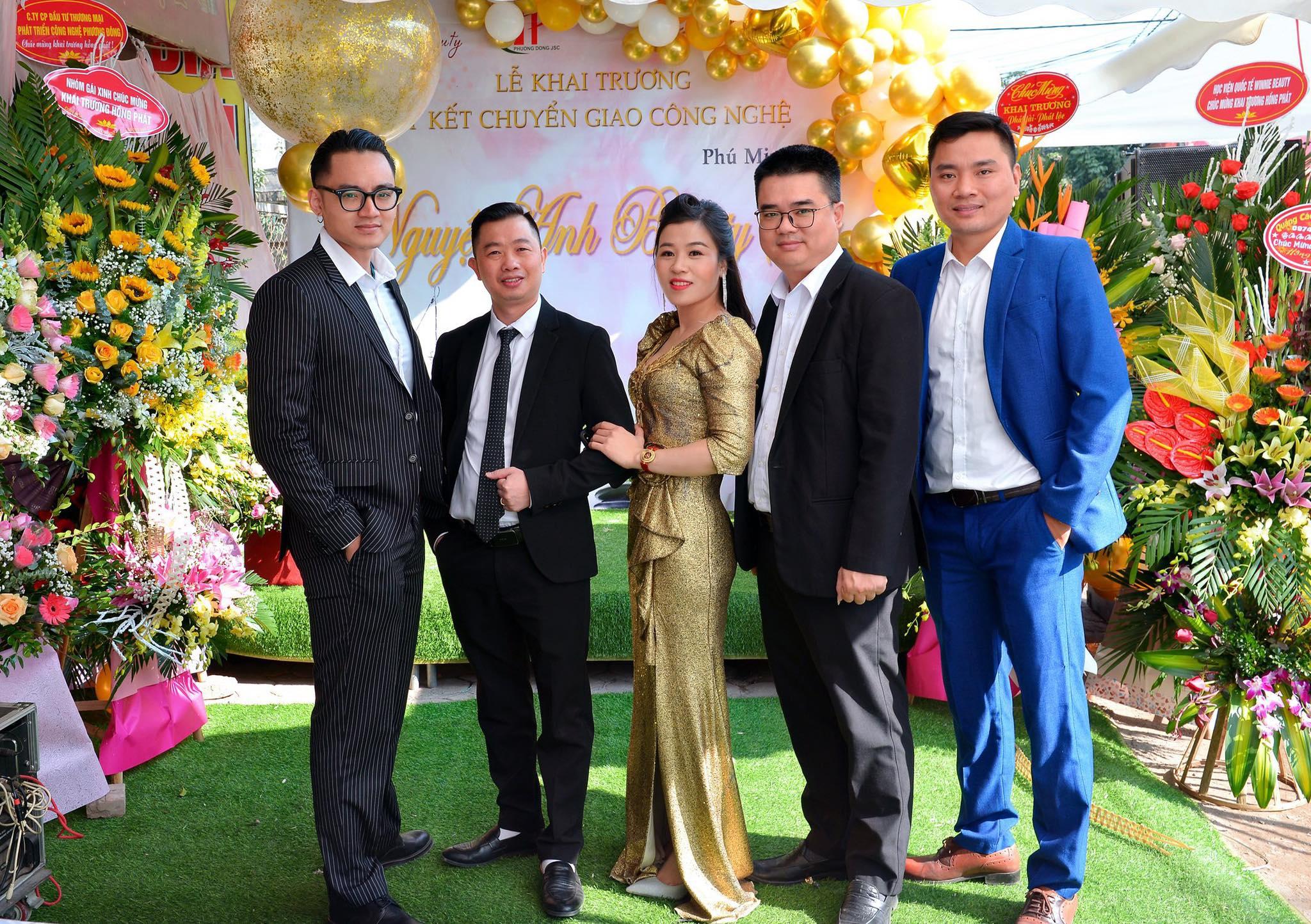 Đội ngũ chuyên gia chụp ảnh lưu niệm cùng cô chủ Nguyệt Nguyêtx