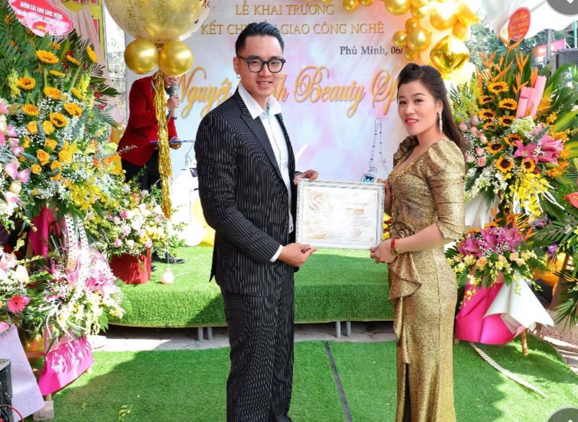 Giám đốc kinh doanh ông Bạch Hoàng Sang đến và trao chứng chỉ